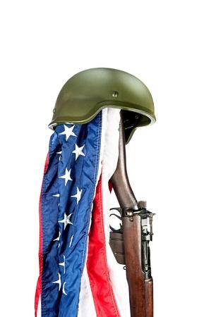 enfield: Casco militare della seconda guerra mondiale sul vecchio fucile Enfield con bandiera americana