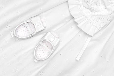 battesimo: Scarpine su un abito da battesimo dei bambini
