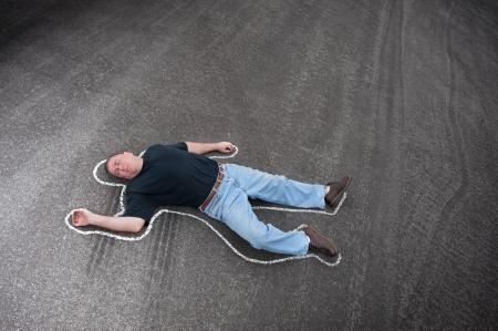 escena del crimen: Un hombre muerto en la calle esbozado con tiza por los investigadores de la escena del crimen. Foto de archivo