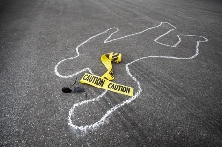 escena del crimen: Advertencia de cinta y el resto roto gafas de sol cerca de una l�nea de tiza de un accidente automovil�stico.