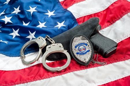 경찰 배지, 미국의 법 집행을 상징하는 미국 국기에 총과 수갑. 스톡 콘텐츠 - 14820910