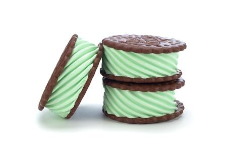 白い背景の上の緑のミント チョコレート アイス クリーム サンドイッチ 写真素材