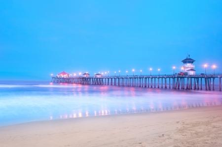 ハンティントンビーチ、カリフォルニア州、水と、大きな青い空にモーションブラーを取得する長いシャッター スピードを使用してピアの早朝イメ