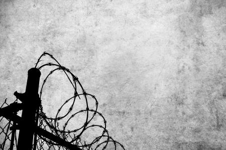 형무소, 전쟁과 국경을 포함하여 많은 추론에 대한 액세스 제한을 표시하는 철조망 울타리와 그런 지 양피지. 스톡 콘텐츠 - 16455904