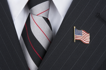 A politician wearing an American flag lapen pin symbolizes patriotism. Stockfoto