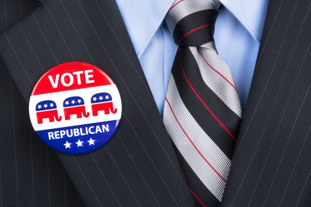 głosowało: Republikański wyborca jego partia nosi dumnie na jego garnitur pin klapie. Publikacyjne