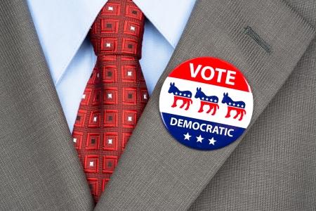 głosowało: Zamknąć się demokratą odznakę głosowania na garnitur klapy marynarki amerykańskiego wyborcy. Zdjęcie Seryjne