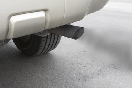 차 오염이 형성되는 방법을 나타낸, 그 배기 배기관로부터 일산화탄소 가스를 emitts.