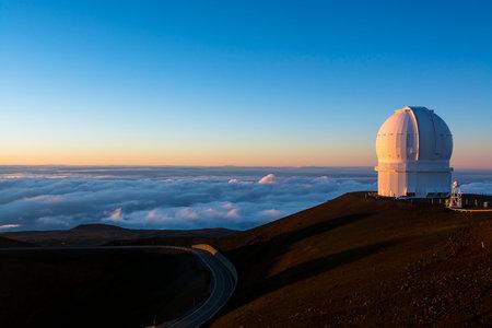 Keck Observatory sul Mauna Kea, a 14.000 piedi, sulla grande isola delle Hawaii durante il tramonto.