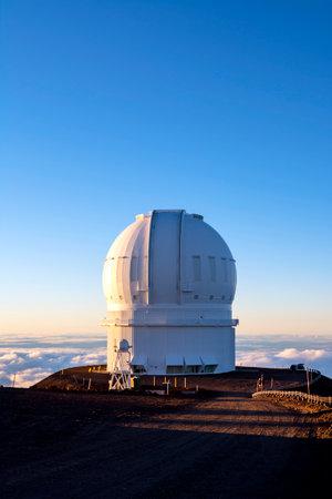 astronomie: Mauna Kea Observatory auf der Big Island von Hawaii bei Sonnenuntergang.