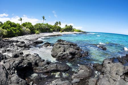 코나 하와이에서 원격 해변에 맑고 푸른 물 아름 다운 검은 색과 흰색 자갈 해변.