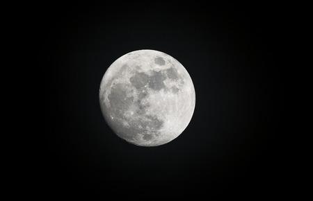 astronomie: Bild von einem Vollmond im Laufe des Abends erschossen zeigt das Mondlicht markieren Merkmale des Planeten.