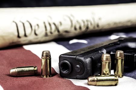 Une arme de poing avec des balles symbolisant les droits des armes tout en étant contre la constitution des États-Unis.