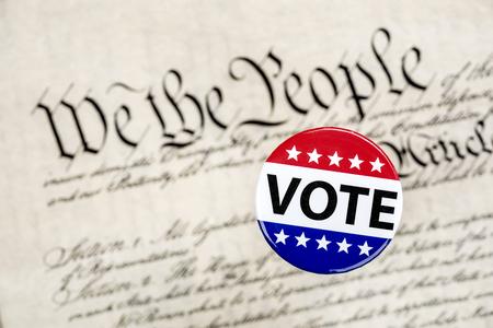 Een stempeltje zweeft boven de grondwet als een symbool van het constitutionele stemrecht van een Amerikaanse burger. Stockfoto
