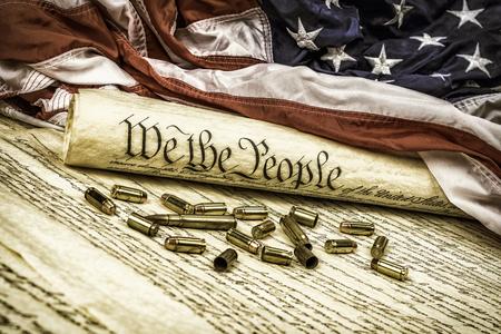 미국 헌법은 두 번째 수정안을 상징하는 글 머리 기호가 흩어져있는 미국 국기에 올랐습니다.