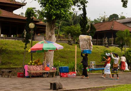 oficina antigua: Merchant carries goods to market ouside the Pura Besakih Temple in Bali Indonesia