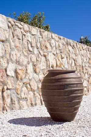 greek pot: Vaso greco accanto a un muro di mattoni