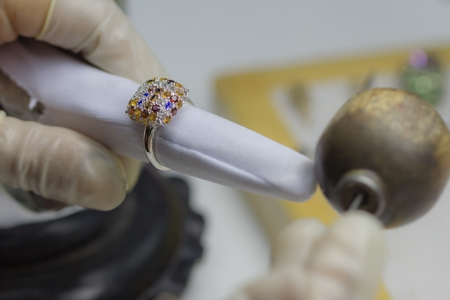 vision repair: QC  staff make shaking on stick tools for detection of jewelry stone in the ring