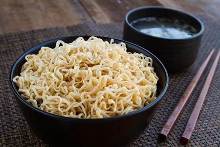 Instant noodles and soup to eat sliced onions and peppers and put the pork into.