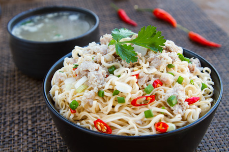 cooked instant noodle: Instant noodles and soup to eat sliced onions and peppers and put the pork into.