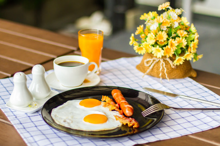 Breakfast with bacon, fried egg and orange juice are beneficial to health.