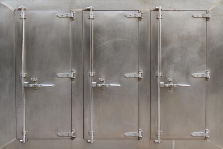 Ein großer Gefrierschrank für industrielle oder gewerbliche Küchen.