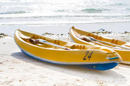 ein Kajak, Wassersport, Spaß und Unterhaltung mit herrlichem Meerurlaub.