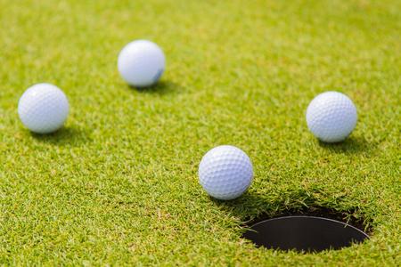 Golfball im Gras ist ein Sport, der weltweit bekannt ist.