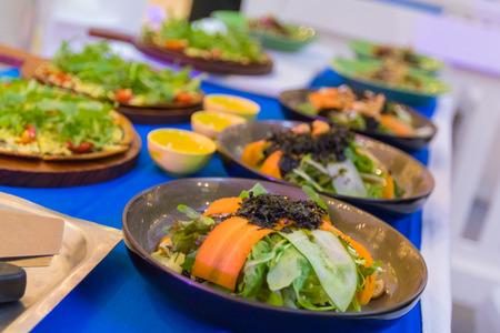 Salate sind sehr gesund und der Körper besteht aus vielen Arten von Gemüse und leckere Soße.