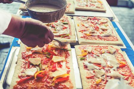 Pizza ist ein italienisches Restaurant, das auf der ganzen Welt, die von Köchen beliebt ist, die die Gerichte zu tun, gekocht mit Tomatensauce und einer Vielzahl von Gemüse und Kräutern fähig sind. Lizenzfreie Bilder