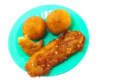 platanos fritos: Brown pl�tanos fritos y bolas de patata dulce fritos en plato verde Foto de archivo