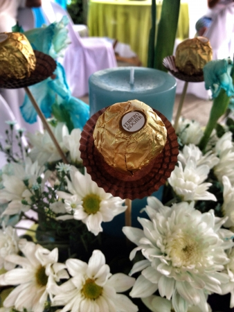 ferrero: table setting for my nieces 1st birthday highlighted with a FERRERO ROCHER chocolate on a skewer. LOL Stock Photo