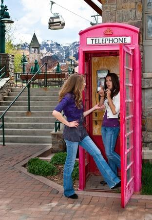 cabina telefonica: Hermana de espera para el tel�fono en una cabina telef�nica de monta�a Foto de archivo