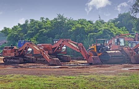 建設重機、地ならしの油圧機器プロジェクト サイトでの作業の後で駐車 写真素材
