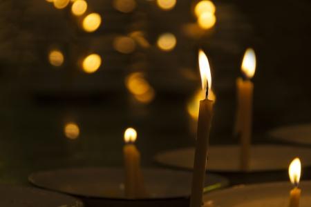 ordenanza: Imagen conceptual de la llama del fuego y una vela en el cuarto oscuro del templo