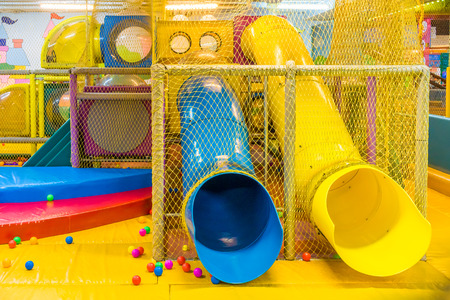 ni�os en recreo: Parque infantil en el parque de diversiones bajo techo para ni�os