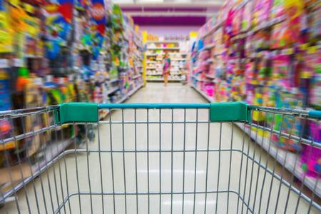 Cesta de la compra en la tienda por departamentos juguetes