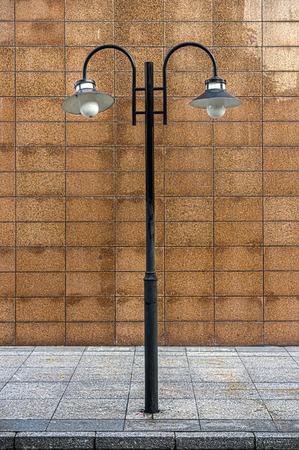 abatjour: Un lampione vintage � una luce su un post su una passerella al bordo di una strada