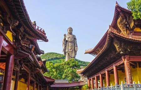La estatua Gran Buda de Ling Shan es una de las mayores estatuas de Buda en China y también en el mundo. Foto de archivo - 32773831