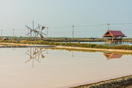 evaporacion: Vista del paisaje del estanque de evaporaci�n de sal y rueda de viento y el pabell�n en Tailandia