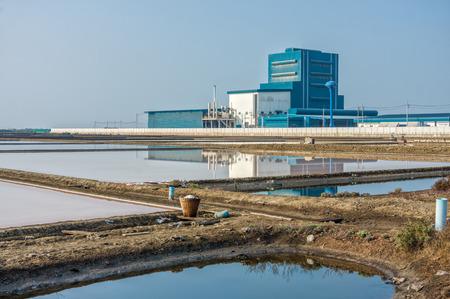 evaporacion: Una f�brica cerca del estanque de evaporaci�n de sal al campo en Tailandia
