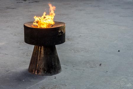 inceneritore: Inceneritore con la fiamma del fuoco nel tempio cinese, la Cina