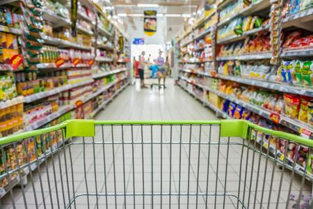 おやつ部スーパー マーケットの買い物カゴでショッピング 写真素材