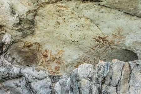cave painting: El antiguo arte de la pintura de cuevas en la monta�a del parque nacional de la bah�a de Phang Nga de Tailandia Foto de archivo