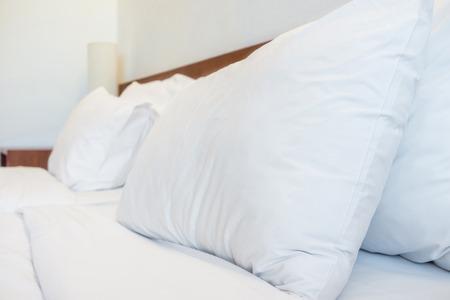 bedsheets: Cuscini di base lenzuola e lampada in camera hotel resort per Industria dell'ospitalit�