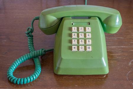 teclado num�rico: Antiguo tel�fono fijo tradicional en la mesa de madera
