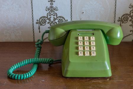 teclado num�rico: Tel�fono de la vendimia hogar tradicional en mesa de madera