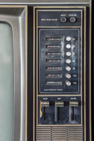 panel de control: Panel de control del color antiguo clásico de televisión analógica. Tiene diales selectores de canal, el interruptor de alimentación de empuje y un conjunto de volumen, el color, el contraste, el control de ajuste de brillo. Foto de archivo