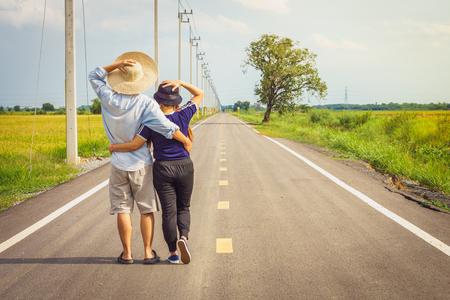 parejas caminando: Romántica pareja asiática joven abrazados en el camino del campo. Son turismo y los viajes en Tailandia, el sudeste de Asia.