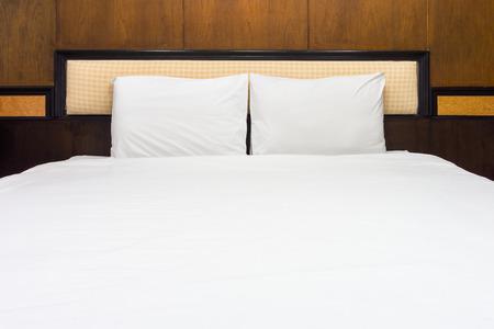 Cama Doble Y Muebles Con Marco La Habitacion De La Cama Es - Camas-dobles-para-adultos